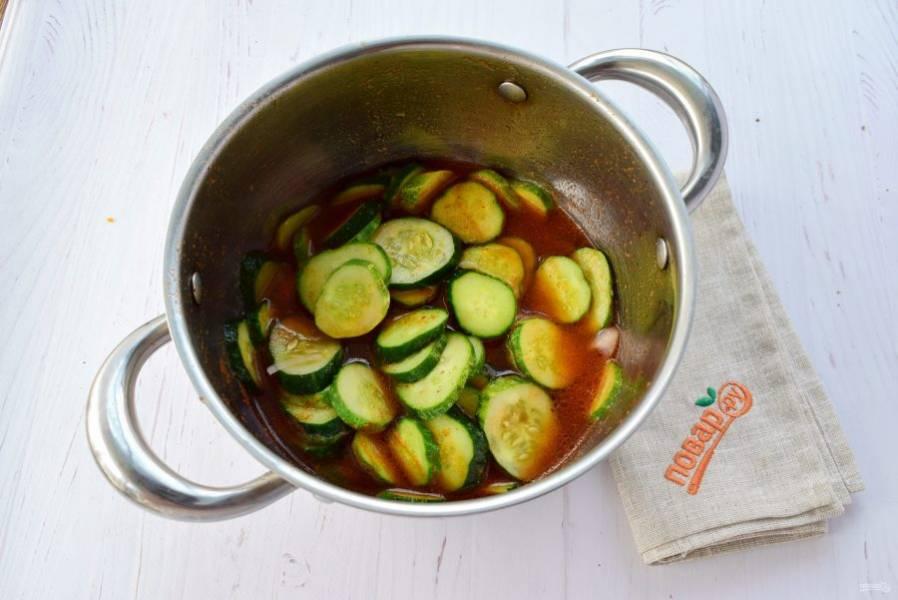 Заложите овощи в маринад, доведите до кипения, варите в течение 5 минут. Влейте уксус, варите еще 2 минуты.