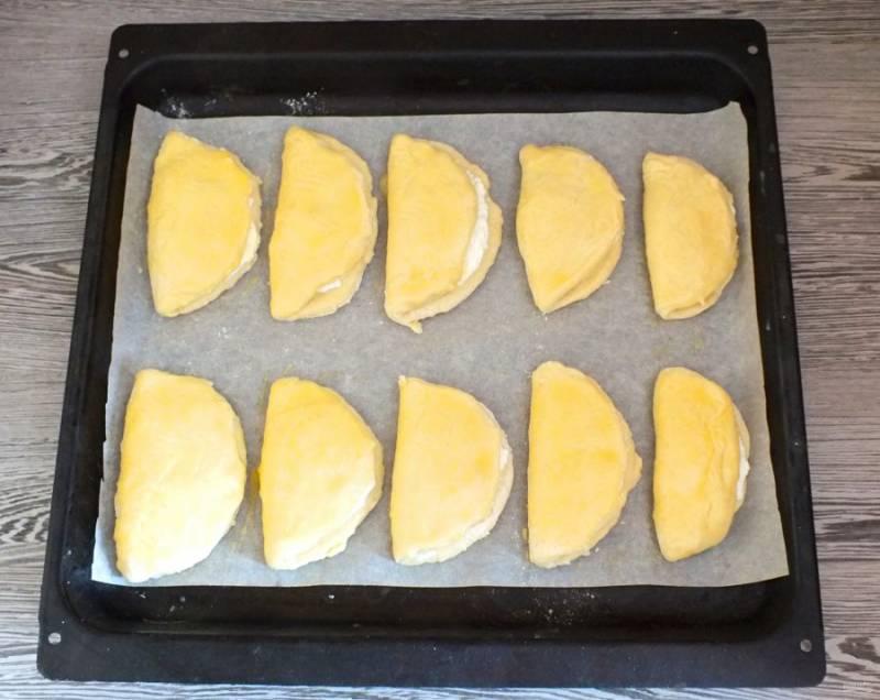Смажьте желтком, поставьте в разогретую духовку до 200 градусов на 25-30 минут.