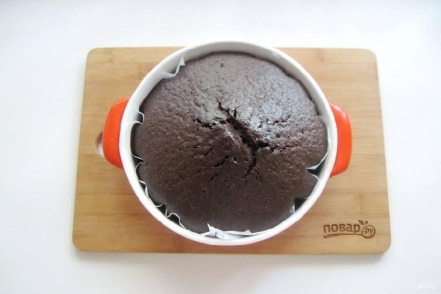 Выпекайте пирог в духовке разогретой до 175-180 градусов 55-60 минут. Готовность проверяйте сухой деревянной палочкой. При накалывании в середине пирога она должна выходить сухой.