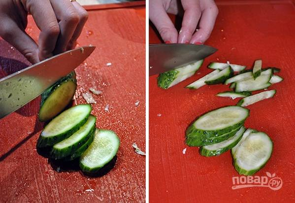 3. Нарежьте тонкой соломкой огурчик, а ананасы — кубиками.