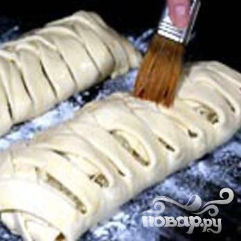 5.Взбитым яйцом смазываем тесто и, присыпав тмином, минут 20 выпекаем в разогретой духовке, температура 180 градусов. Оно должно приобрести золотистый цвет.