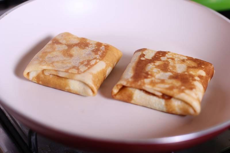 8. Выложить на сковороду швом вниз и обжарить на среднем огне до румяности. Подавать такие блинчики можно со сметанным соусом.