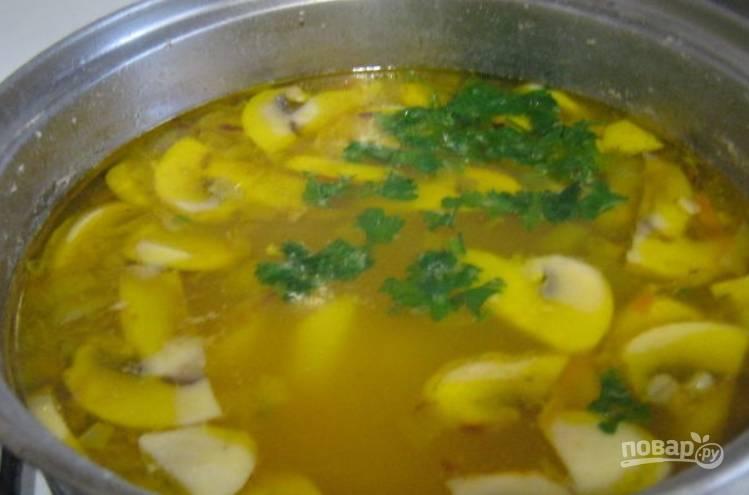 Измельчаем зелень, добавляем её в суп.