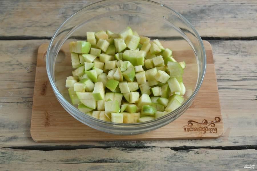 Яблоки промойте под проточной водой, не очищайте их, а сразу нарежьте мелкими кубиками, удалив сердцевину.