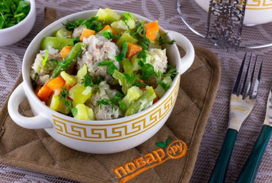 Наше рагу готово! Подавайте со свежей зеленью. Приятного аппетита!
