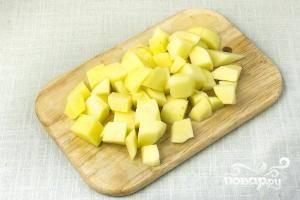 Картофель чистим, режем на небольшие кубики.