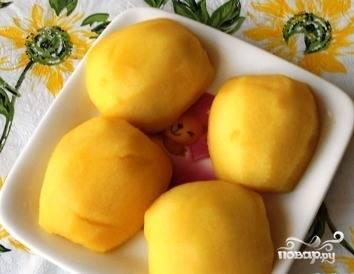 Чтобы яблоки пропеклись, их необходимо предварительно немного отварить. Для этого возьмите кастрюлю, закипятите в ней воду и опустите половинки на пять минут. Достаньте, остудите и обсушите фрукты.