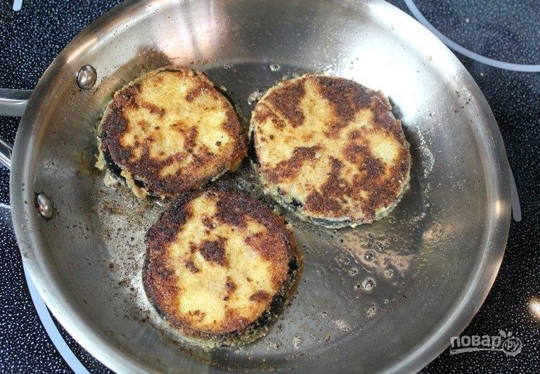 4. Кружочек баклажана окуните в яйцо, затем обваляйте в панировочных сухарях (при желании можно сделать и двойную панировку) и выложите на сковороду с разогретым маслом. Обжарьте на сильном огне до румяной корочки с двух сторон.