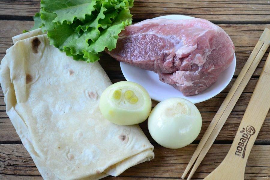 Подготовьте все необходимые ингредиенты. Свинину заранее замаринуйте тем способом, который вы больше всего любите. Я порезала мясо на небольшие куски, посолила по вкусу, добавила немного уксуса 9%, перемешала и отправила на 2 часа в холодильник.