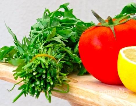 Пока готовится курица, помоем помидоры, зелень, лимон. Помидор порежьте на половинки или четверти. Из четверти лимона выжмем сок.