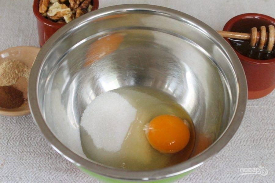 В миску вбиваем яйцо и добавляем сахар. Все взбиваем.