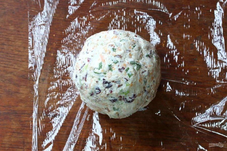 Разделите массу на 8-10 частей. И сформируйте колобки. Заверните их в пищевую пленку, и отправьте в холодильник на пару часов.