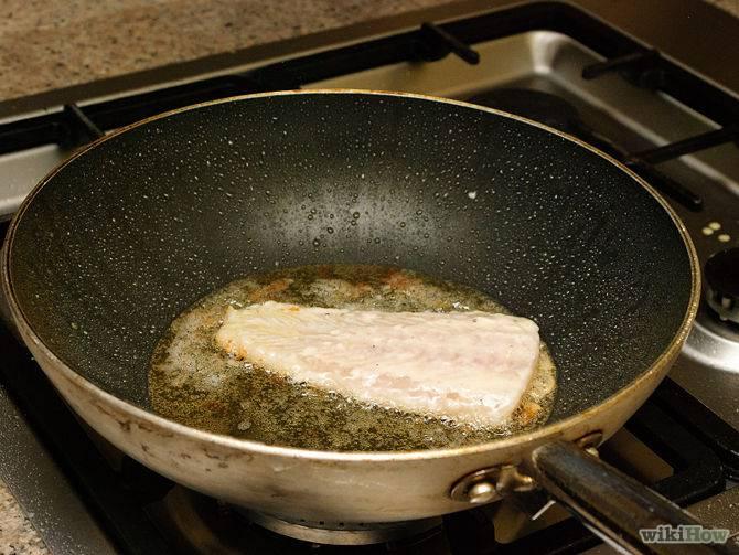 Рыбу опустите в разогретое масло и обжарьте на сильном огне до золотистой корочки.