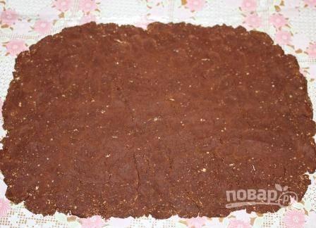 Массу из печенья и какао раскатаем на пищевой пленке в прямоугольный пласт.