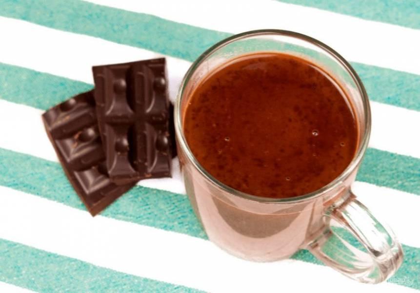 3. Далее добавьте шоколадную крошку и хорошо перемешайте. Поставьте смесь на огонь и прогрейте, чтобы растаял шоколад. Украсьте взбитыми сливками по желанию. Приятного аппетита!
