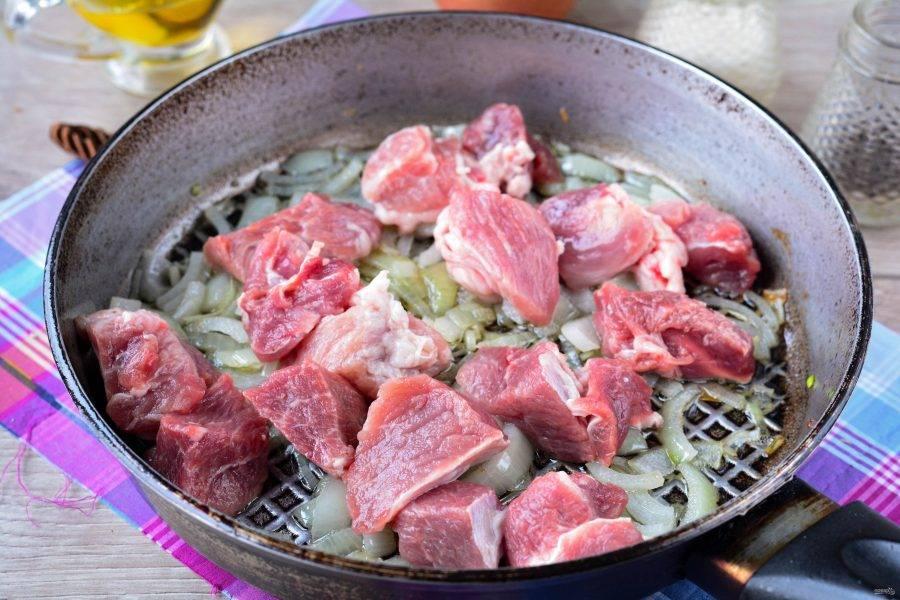 Когда лук стал прозрачным, выложите в сковороду и мясо.