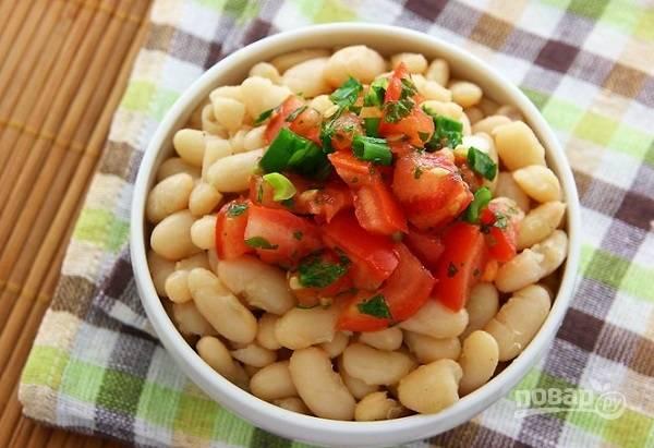 9. Если салат с фасолью и помидорной сальсой настоится, будет еще вкуснее.  Приятного аппетита!