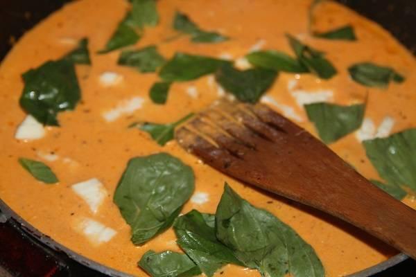 3. Индейку переложить в форму для запекания, а на сковороду вылить сливки и немного томатного соуса. Сыр нарезать кубиками и также отправить на сковороду. Добавить щепотку соли, перца и базилик по вкусу. Проварить немного соус.