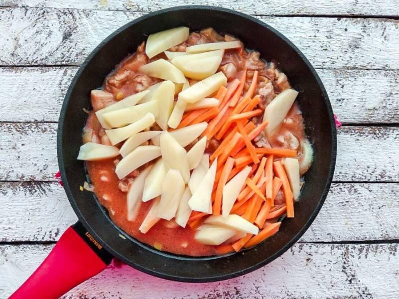 Картофель и морковь добавьте к курице, налейте немного воды, перемешайте и тушите на слабом огне под закрытой крышкой 20-25 минут.