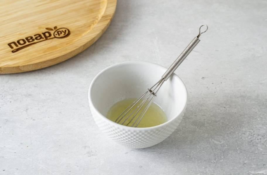 Для заправки смешайте лимонный сок и оливковое масло. Добавьте соль и черный молотый перец.