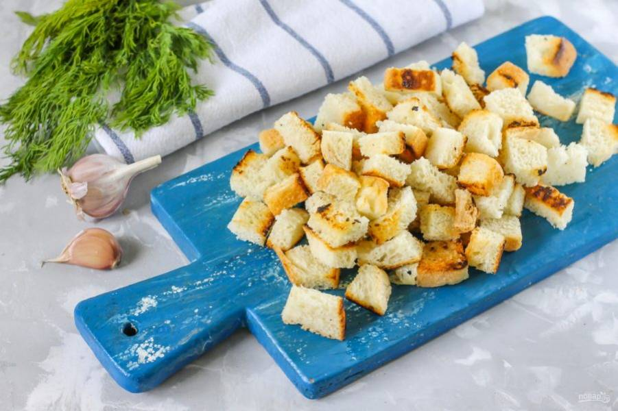 Выложите их на доску или подайте прямо в пиале, тарелке к супу, борщу, яичнице и другим блюдам.