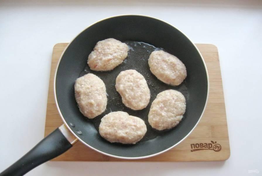 Из приготовленного фарша сформируйте котлеты и выложите на горячую сковороду с подсолнечным маслом.