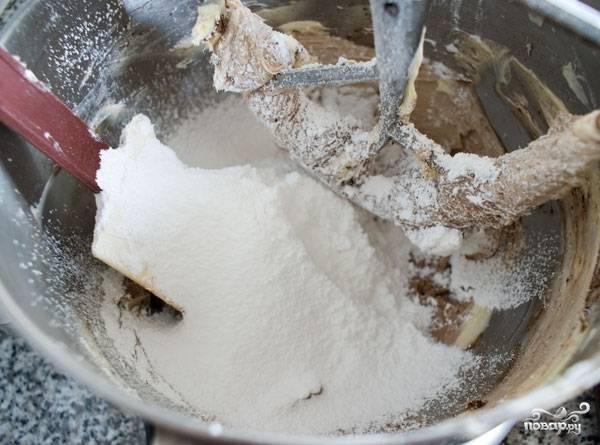 15. Всыпьте сахарную пудру и добавьте для аромата ванильную эссенцию.