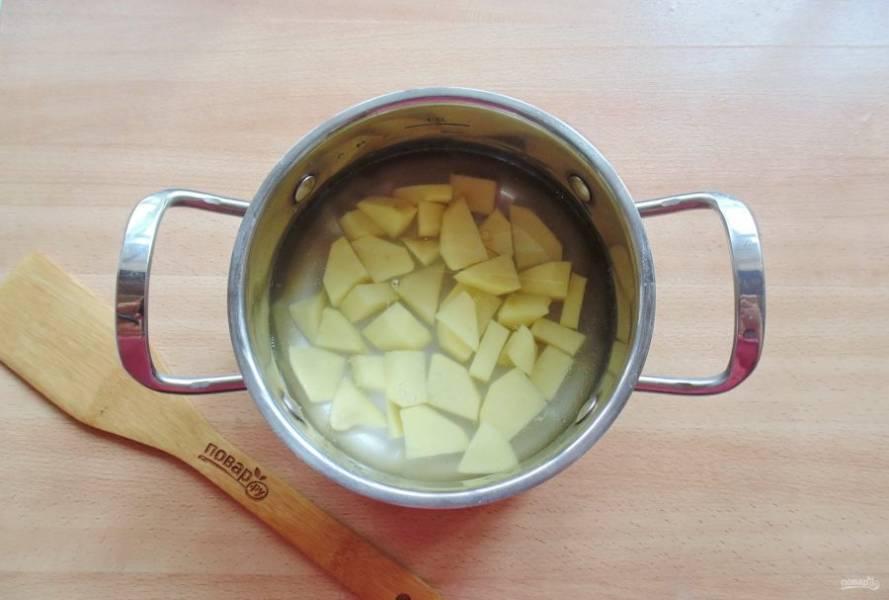 В кастрюлю налейте воду и выложите нарезанный картофель. Начинайте варить суп.
