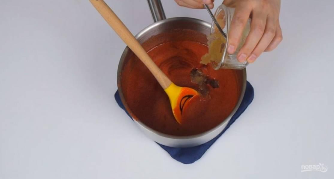 3.  В оставшемся пюре растворите меньшую часть набухшего желатина. Полностью остудите в емкости с холодной водой. Отложенную часть пюре соедините с холодной кипяченой водой.