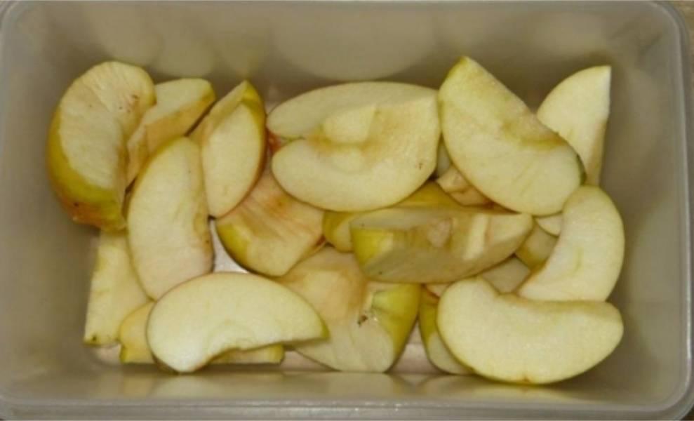 2. Яблоки я очистила от кожуры и семян. Нарезала дольками среднего размера.