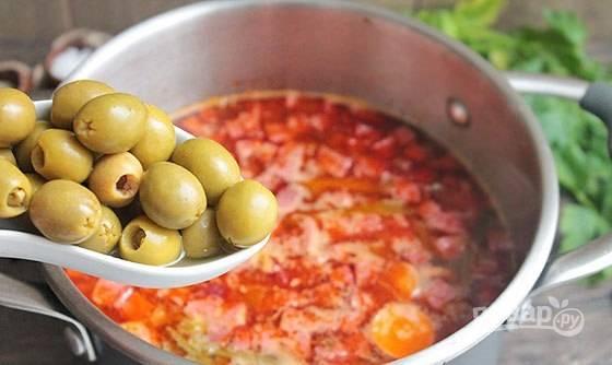 После этого в суп добавьте колбасу, оливки и соль. Варите ещё 6 минут. Закройте крышкой и дайте блюду настояться.