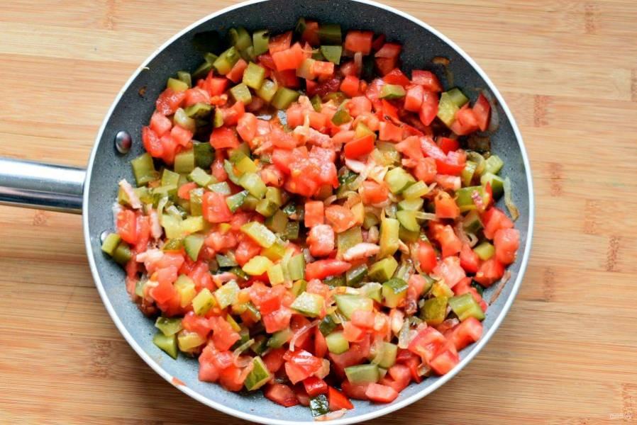 Добавьте нарезанные кубиками огурцы – соленые и маринованные. Прогрейте при помешивании минут 5. Затем добавьте нарезанные кубиками помидоры и тушите до выпаривания лишней жидкости.
