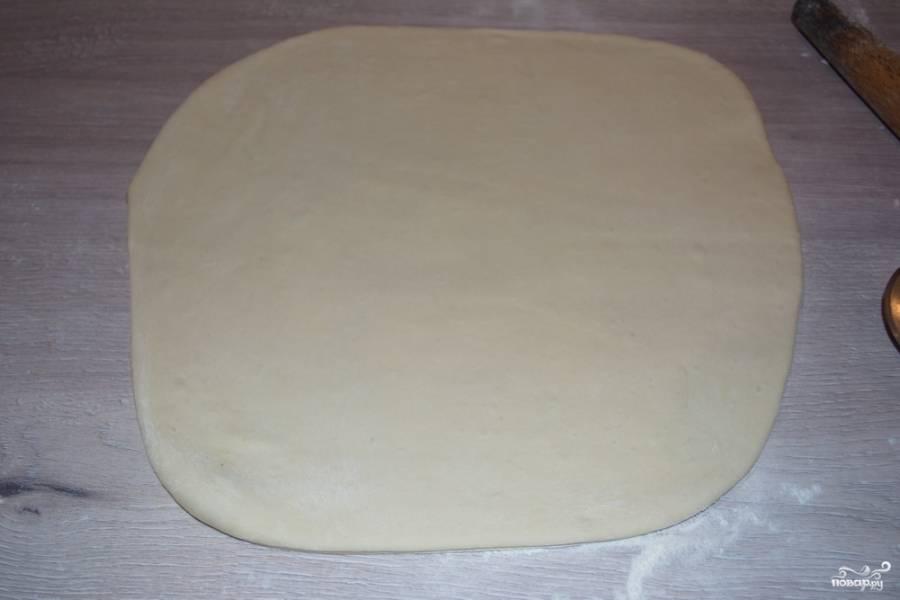 На столе, присыпанном мукой, раскатайте тесто в тонкий пласт, но так, чтобы оно не порвалось.