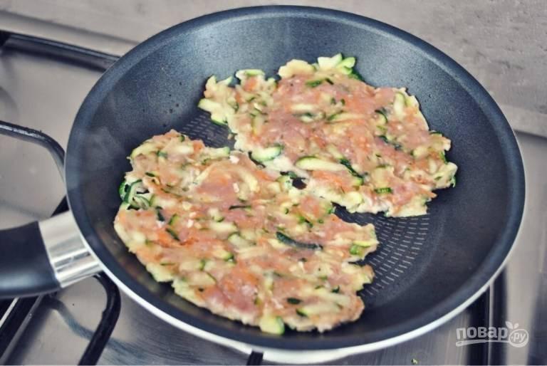 4. Выложите ложкой фарш на сковороду с разогретым маслом, жарьте котлетки с двух сторон до румяности на среднем огне.
