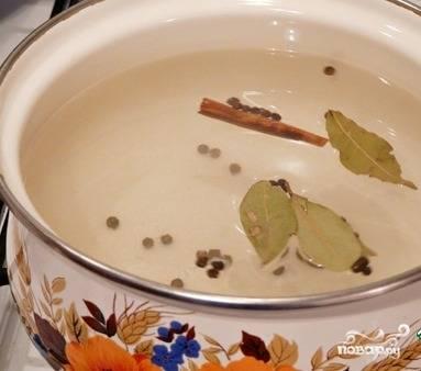 1. Добавляем в кастрюлю воду, ставим ее на огонь. Ждем, когда закипит, после чего добавляем лавровый лист, перец, корицу и соль. Размешиваем и отставляем, пусть остывает.