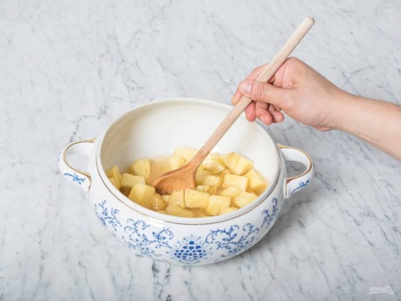 После этого добавьте к ананасу коньяк, ликёр, сок лимонов, лёд и ром. Всё перемешайте. Оставьте ингредиенты на 5 минут.