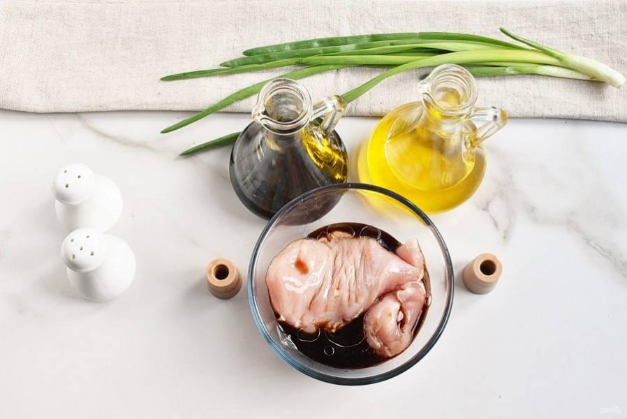 Куриное филе замаринуйте в 2 столовых ложках соевого соуса и одной ложке растительного масла на 15-20 минут.