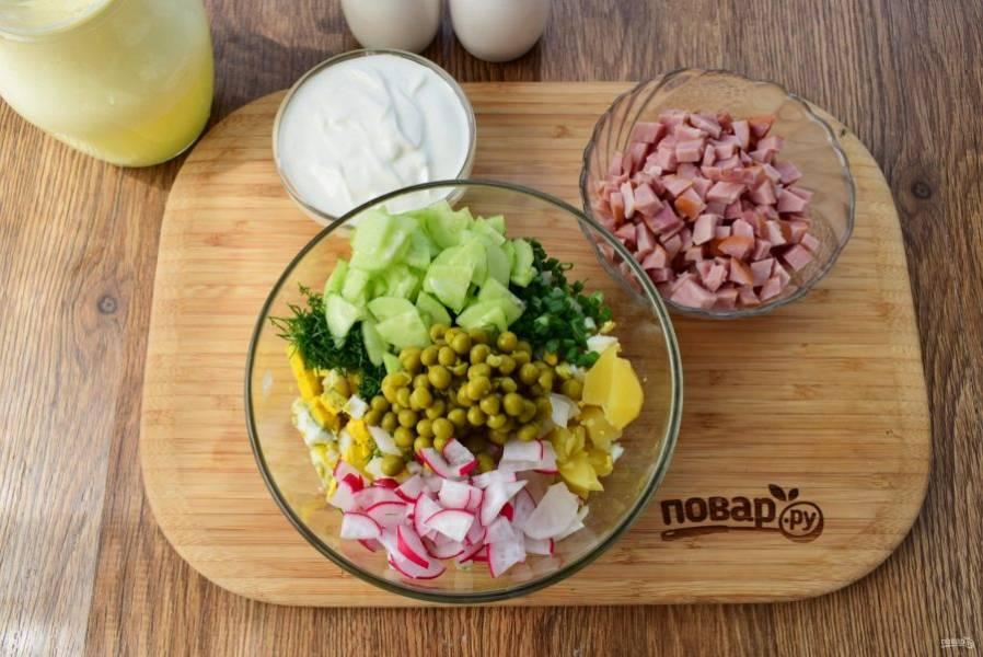 Также нарежьте овощи и яйца. Зелень измельчите. Соедините все в глубокой миске, посолите и поперчите по вкусу, перемешайте. Добавьте сметану и сыворотку, перемешайте.