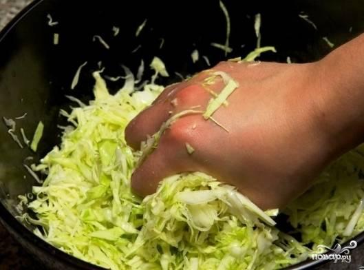 Слегка перетереть руками с сахаром и щепоткой соли.