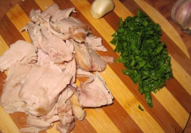 Мелко нарезаем зелень, а отварное куриное мясо разделяем на порционные кусочки.
