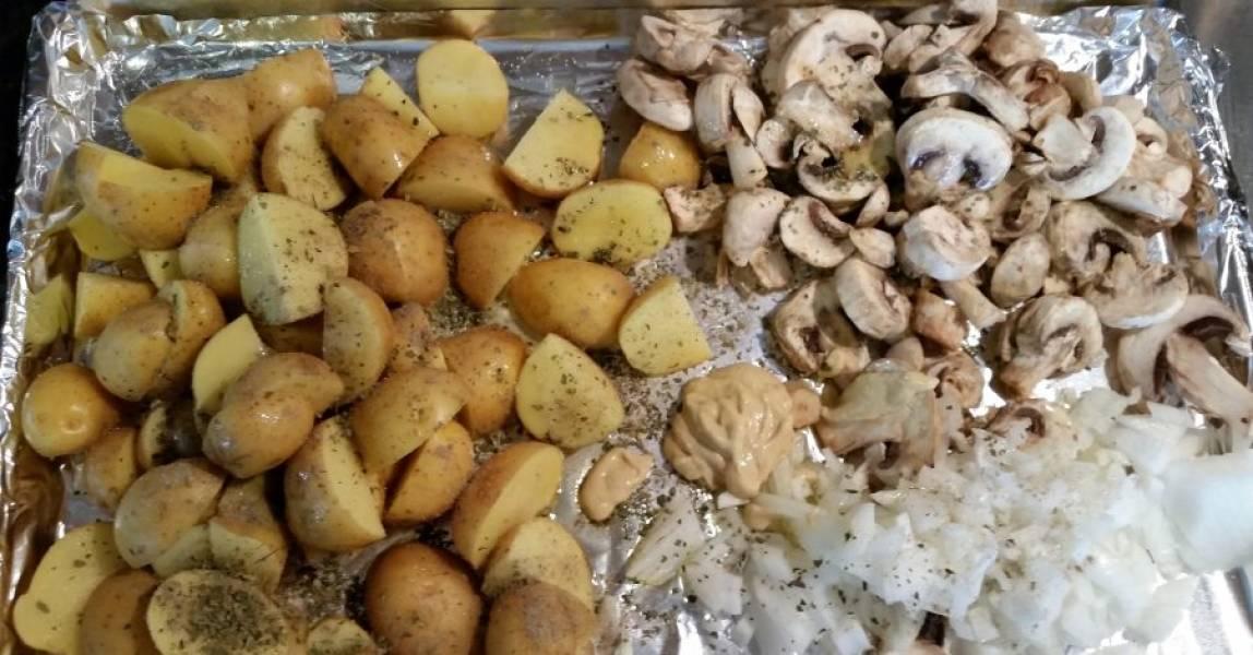 1.Вымойте картошку, разрежьте ее на 4 части или на 2, если картофель маленький. Грибы нарежьте толстыми пластинами. Измельчите репчатый лук, выложите все на противень с фольгой.