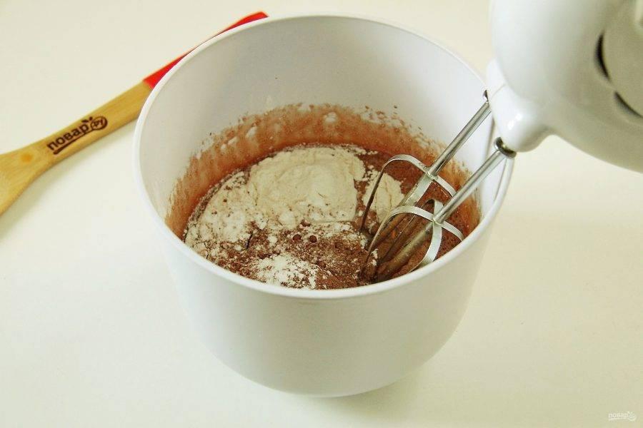 Добавьте муку, какао и разрыхлитель.