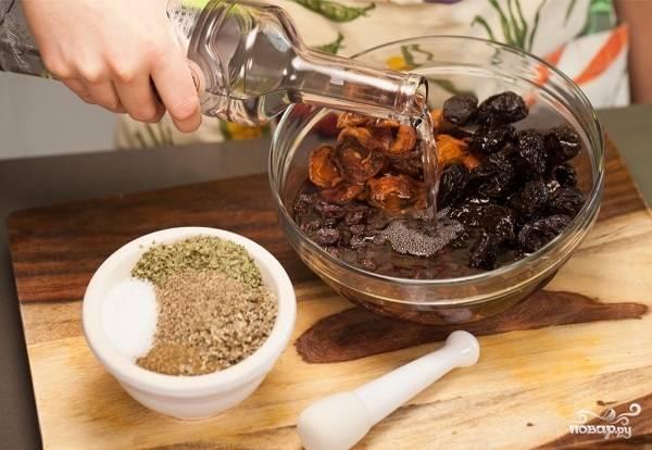 2. Сухофрукты выложите в небольшую мисочку и залейте водкой. Вы можете также взять коньяк, например. Оставьте на 30-40 минут. Птицу вымойте, обсушите как следует.