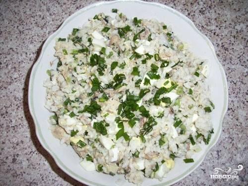 6.Добавьте отваренный рис к рыбе с луком, перемешайте. Можете добавить чуть-чуть душистого подсолнечного масла. Салат из скумбрии с рисом готов! Приятного аппетита!