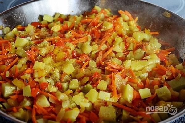 4. Соберите обжаренные овощи в сковороде или сотейнике. Добавьте соль, перец, любимые специи.