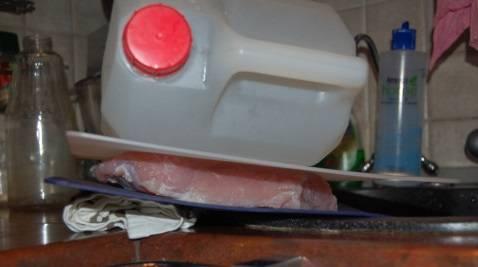 Через 3 дня достаем наше мяско, просушиваем его при помощи бумажных полотенцем. Кладем под гнет на 1-2 часа, чтобы из него вышла вся влага.