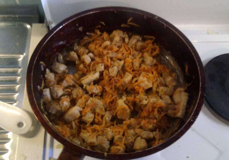 Затем добавляем к нашим ингредиентам томатную пасту и вливаем совсем немного воды, тушим все минут 5.