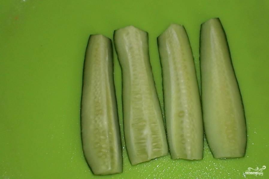 Огурчики вымойте и отрежьте кончики с двух сторон у каждого плода. Разрежьте огурчики вдоль на две или четыре части. Это зависит от того, какого размера вы используете овощи.