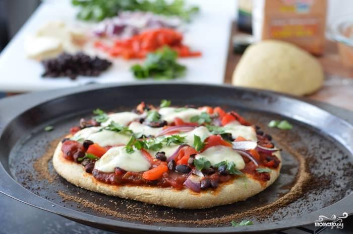Пицца на толстом тесте готова! Приятного аппетита!