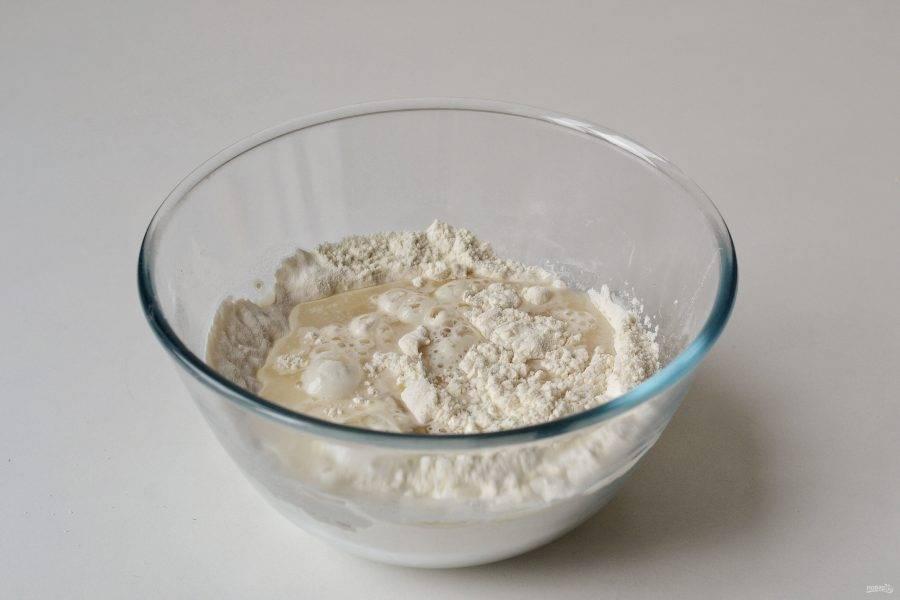 Добавьте растительное масло, соду и соль. Влейте воду.